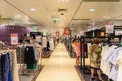 Folkfolkmassan rusar för sommar Sale i lyxig galleriainre för shopping Royaltyfri Fotografi