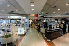 Folkfolkmassan rusar för sommar Sale i lyxig galleriainre för shopping Fotografering för Bildbyråer