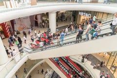 Folkfolkmassan rusar i för galleriainre för shopping lyxig trappa Arkivbild