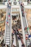 Folkfolkmassan rusar i för galleriainre för shopping lyxig trappa Royaltyfri Foto