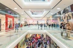 Folkfolkmassan rusar i lyxig galleriainre för shopping Royaltyfri Bild