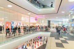 Folkfolkmassan rusar i lyxig galleriainre för shopping Arkivfoton