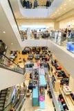 Folkfolkmassan rusar i lyxig galleriainre för shopping Royaltyfri Fotografi