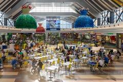 Folkfolkmassan rusar i lyxig galleriainre för shopping Arkivbilder