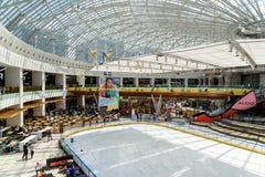 Folkfolkmassan rusar i lyxig galleriainre för shopping Arkivbild