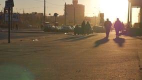 Folkfolkmassasolnedgången skuggar länge konturer lager videofilmer
