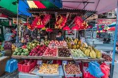 Folkfruktmarknad Mong Kok Kowloon Hong Kong Fotografering för Bildbyråer