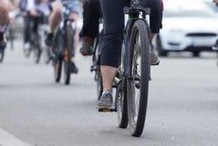Folkgrupp av cyklister Royaltyfri Bild
