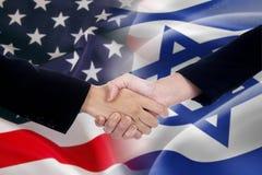 Folkhandskakning med amerikanen och de Israel flaggorna Royaltyfria Bilder