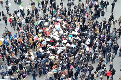 Folkhop för exponering för kuddekamp i Paris, Frankrike royaltyfri bild