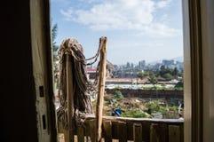 Folkhop och en stadspanorama, Addis Ababa, Etiopien royaltyfria bilder