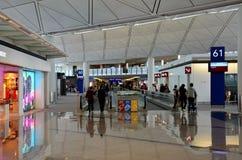 Folkhop på den Hong Kong Chek Lap Kok flygplatsen Arkivfoto