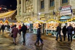 Folkhopsamling på den i stadens centrum Bucharest för julmarknad staden Arkivbilder