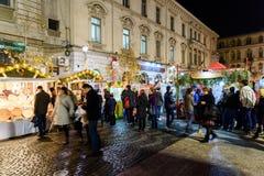 Folkhopsamling på den i stadens centrum Bucharest för julmarknad staden Royaltyfri Bild