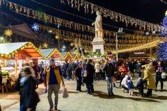 Folkhopsamling på den i stadens centrum Bucharest för julmarknad staden Royaltyfria Foton