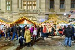 Folkhopsamling på den i stadens centrum Bucharest för julmarknad staden Arkivbild