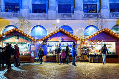 Folkhopsamling på den i stadens centrum Bucharest för julmarknad staden Arkivfoto