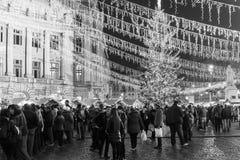 Folkhopsamling på den i stadens centrum Bucharest för julmarknad staden Royaltyfri Fotografi