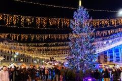 Folkhopsamling på den i stadens centrum Bucharest för julmarknad staden Royaltyfria Bilder