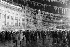 Folkhopsamling på den i stadens centrum Bucharest för julmarknad staden Fotografering för Bildbyråer
