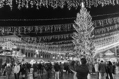 Folkhopsamling på den i stadens centrum Bucharest för julmarknad staden Arkivfoton