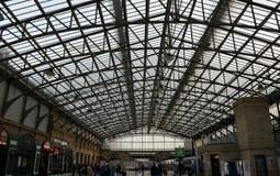Folkhoptak på järnvägsstationen, Aberdeen, Skottland Arkivbilder