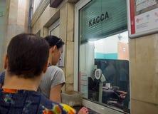 Folkköpbiljetter på biljettkontortunnelbanastationen Paveletskaya fotografering för bildbyråer