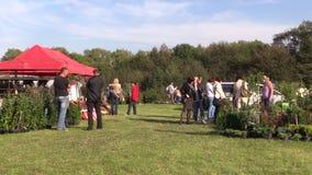 Folkköpet blommar, växter och mat som säljs i botanisk festival stock video