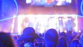 Folkkontur som festar på konserten för elektronisk musik för natt Royaltyfri Bild