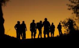 Folkkonturer på solnedgången Arkivfoton