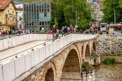 Folkkorsning Gavrilo Princip latinsk bro i den gamla staden Sarajevo arkivbild