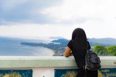 Folkkvinnor som står för att ta en bild på havssikten på 11 11 2017 i det Ranong landskapet, Thailand Fotografering för Bildbyråer