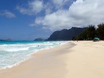 Folklek på den Waimanalo stranden Royaltyfria Bilder