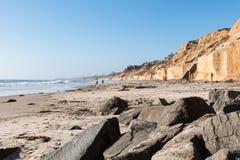 Folklek på Shoreline på Solana Beach Royaltyfria Bilder