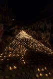 Folkljusstearinljus som betalar respekt till den buddha reliken Royaltyfria Foton