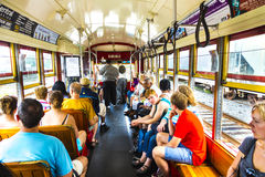 Folklopp med den berömda gamla gatabilSt Charles linjen Royaltyfri Fotografi