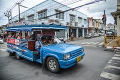 Folklopp med träminibussen i Phuket Fotografering för Bildbyråer