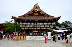 Folklopp på den Yasaka relikskrin eller Gion Shrine Royaltyfria Foton