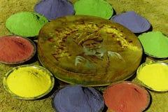 Folklor &-x28; Chiang&-x29; między kolorowymi kolorami na Holi festiwalu zdjęcia royalty free