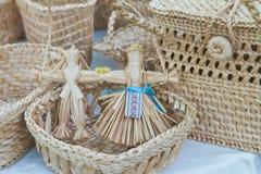 Folklor postać bawi się w słomianym koszu, plecionka, upiększony faborek, handmade rzemiosło sztuka zdjęcie royalty free
