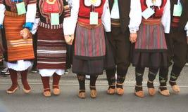 Folkloregruppen från Serbien iklädda traditionella kläder är pr royaltyfri fotografi
