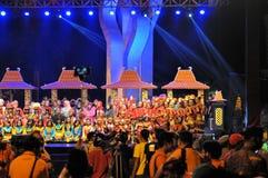 Folkloreshow på det Madura tjurloppet, Indonesien Arkivfoto