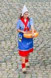 Folkloristisch gekleed meisje op een kaasmarkt, Gouda, Nederland stock foto