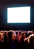 Folkmassaåhörare som ser skärmen Royaltyfria Foton