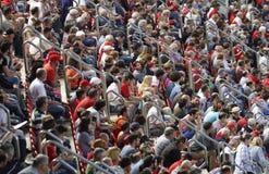 Folkmassa av åskådare i ställningarna av fotbollfältet Royaltyfria Bilder