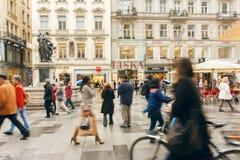 Folkmassa av affärsfolk och turister som rusar på den gamla stadsgatan Royaltyfria Foton
