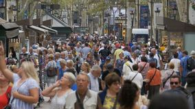 Folkmassa av anonymt folk som går på den upptagna stadsgatan arkivfilmer