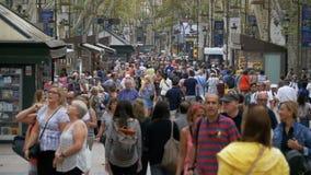 Folkmassa av anonymt folk som går på den upptagna stadsgatan i ultrarapid arkivfilmer