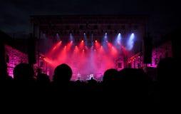 Folkmassa av att festa folk på en levande konsert Arkivfoton