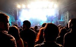Folkmassa av att festa folk på en levande konsert Royaltyfri Foto